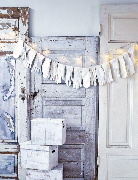 <p>Una colada muy especial: bolas con luz y guantes blancos por la paz.</p>