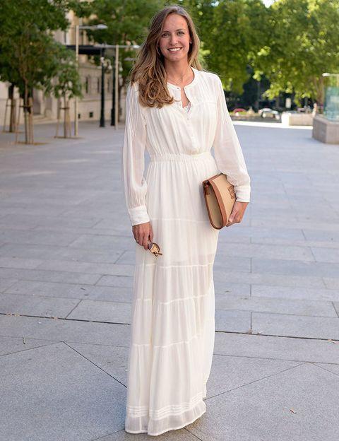 """<p>Retratamos a esta 'street girl', Ana Gayoso de <a rel=""""nofollow"""" href=""""http://www.lachampanera.es/"""" target=""""_blank"""">La Champanera</a> por la naturalidad y la pureza que transmitía. El vestido blanco largo y el bolso de mano le iban como anillo al dedo.&nbsp;</p>"""