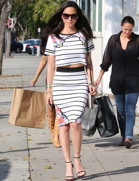 <p>De 10<strong> Olivia Munn</strong> para ir de compras con un conjunto de crop top y falda lápiz con rayas black & white y flores más sandalias minimal al tobillo.</p>
