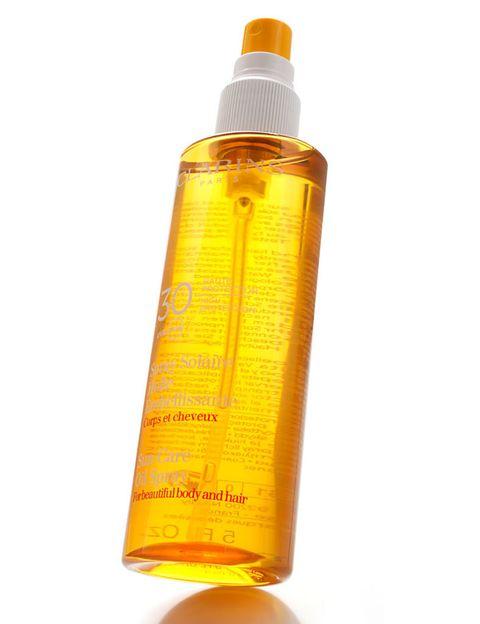 <p>¿La clave para evitar el daño? En primer lugar, la protección: al igual que guardas tu piel de los rayos solares, hazlo también con tu pelo. Busca fórmulas específicas o multiusos, como 'Spray Solaire Huile Embellissante' (26 €), de <strong>Clarins</strong>, apto para cuerpo y cabello.</p>