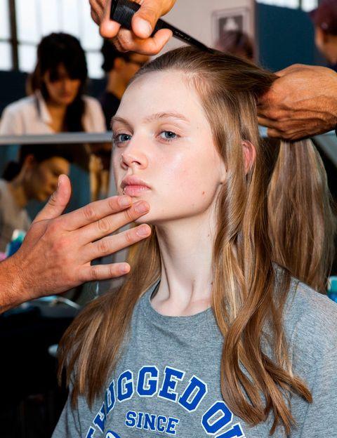 <p>A la hora de aplicar el maquillaje, es fundamental preparar la piel si quieres maximizar sus efectos. Limpia e hidrata a fondo antes de comenzar y, si dispones de tiempo, deja actuar la hidratante durante cinco minutos para que se absorba bien. Para maximizar los efectos del maquillaje, haz uso del primer. He aquí algunos consejos:</p><p>- Si tu piel presenta problemas de tono, utiliza una prebase coloreada. En pieles cetrinas, las de color rosa o lila aportan un extra de luminosidad. Las verdes son perfectas para neutralizar rojeces, mientras que las amarillas disimulan las manchas.</p><p>- Por otro lado, si tu problema son los poros abiertos o las líneas de expresión, recurre a una prebase alisante.</p><p>&nbsp;</p>