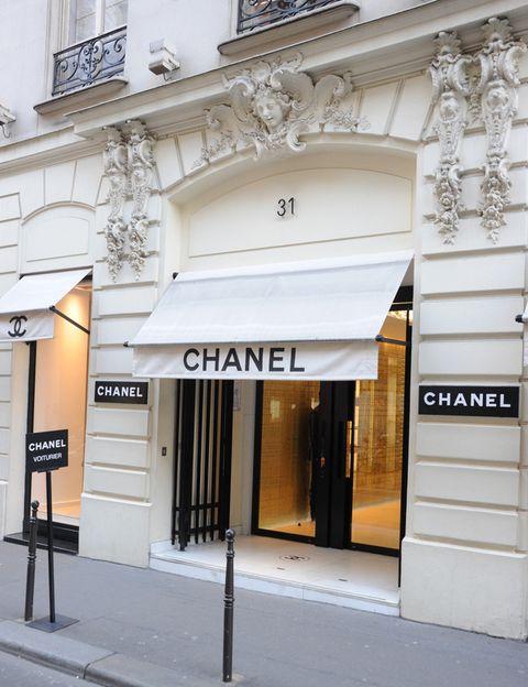 <p>Es la capital de la moda por excelencia. Reúne estilos de lo más diversos y alberga tiendas de todo tipo para perderse en ellas: de segunda mano, de lujo, vintage, mercadillos, tiendas de antigüedades… Todo reunido en una misma ciudad. No puedes perderte el paseo por los Campos Elíseos, la Avenida Montaigne, la Plaza Vendome o las Galerías Lafayette. ¿Recomendaciones? Una visita histórica en el mundo de la moda, la tienda de Chanel en la Rue de Cambon 31, y el 'Marché aux Puces de Saint Ouen', un gran mercado donde encontrar desde ropa hasta antigüedades.</p>