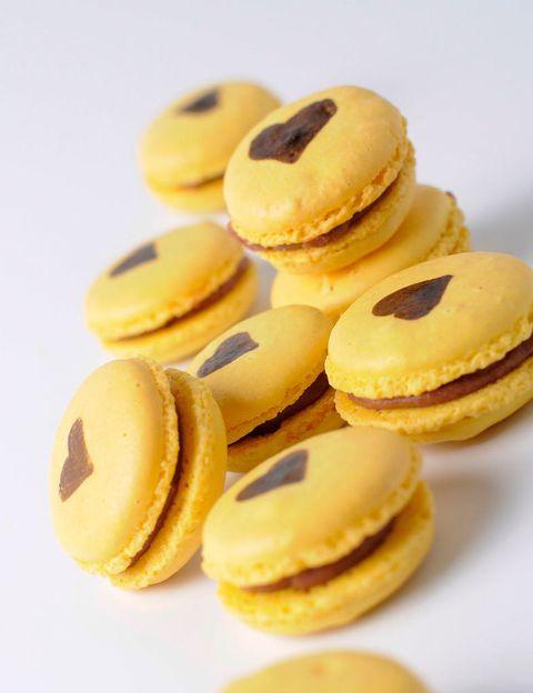 """<p>Así son los macarons que han creado en el Obrador de Isabel Maestre (Pedro Muguruza, 7. Madrid). Están hechos a base de chocolate Valrhona (que libera endorfinas) y bananas Orsero (el potasio y la vitamina B son vida para las hormonas sexuales), una combinación perfecta. Compruébalo: la caja de doce unidades cuesta 12 euros. <a href=""""http://www.isabelmaestre.com"""" target=""""_blank"""">www.isabelmaestre.com</a></p>"""