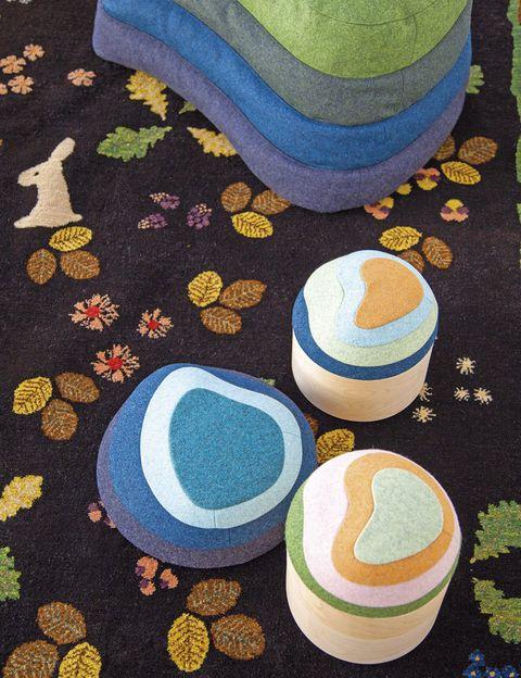 <p>Es la filosofía que inspiró a <strong>Louise Hederstrom, </strong>las cajitas <i>Patch it up,</i> la alfombra y el puf: los colores del paisaje sueco. </p>