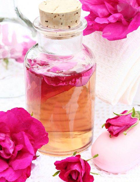 """<p>&nbsp;</p><p><i>¿Qué palabra es más adecuada?</i> """"Depende de a qué nos estemos refiriendo, dice la experta. """"En general <strong>solemos utilizar aroma para fragancias más personales y olor para fragancias más del hogar</strong>. """"Perfume es un tipo de fragancia cuya concentración es más alta que la de un eau de toilette y que suele tener mayor intensidad que el agua de colonia"""", aclara.</p><p>&nbsp;</p>"""