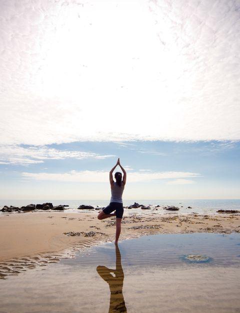 """<p>Si el yoga es una de las mejores disciplinas para cuidarte, <strong>practicarlo junto al mar resulta una auténtica delicia y multiplica sus beneficios</strong>, sobre todo para tu mente y tu espíritu. Una sesión a primera o última hora del día te llenará de calma, energía y buen humor. Sin olvidarnos de todos sus efectos físicos: un cuerpo fuerte, flexible y estilizado. <strong>Después de unos días practicando yoga en la playa te sentirás completamente renovada</strong>. Sólo necesitas una esterilla de yoga, que puede ir enrollada en tu maleta. <strong>Psst.</strong> Si nunca has hecho yoga, en la web <a href=""""http://www.myyogaonline.com/"""" target=""""_blank"""">My Yoga Online</a> encontrarás muchos vídeos para principiantes dirigidos por los mejores profesores del mundo.</p><p>&nbsp&#x3B;</p>"""