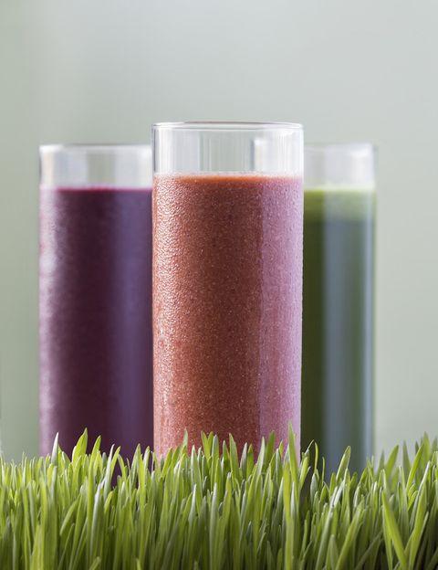 """<p>Como dice Silvia Riolobos, autora del blog <a href=""""http://www.silviariolobos.com/"""" target=""""_blank"""">Flexi Vegan Player</a>, incorporar estos zumos verdes a nuestra dieta supone gozar de <strong>beneficios tan importantes como:</strong></p><p><strong>Mejores digestiones.</strong> Cuando calentamos los alimentos por encima de 42 °C se inactivan las enzimas -necesarias para casi todas las funciones metabólicas que naturalmente contienen los alimentos-. Al tomarlos """"en crudo"""" tendremos mejores digestiones sin dispepsia, pesadez o sensación de distensión abdominal.</p><p><strong>Elevada densidad nutritiva.</strong> Al no ser tratados con calor, los alimentos conservan mejor sus vitaminas y minerales. Estos nutrientes permiten regular numerosas funciones del organismo; entre ellas catalizar los procesos de obtención de energía a partir de hidratos de carbono, proteínas y grasas. ¡Un plus de energía y vitalidad!</p><p><strong>Mayor aporte de fibra.</strong> La fibra es importante porque produce sensación de saciedad y no aporta calorías. Es un aliado excelente si lo que necesitamos es controlar o perder peso. Además, favorece el tránsito intestinal evitando el estreñimiento.</p><p></p>"""