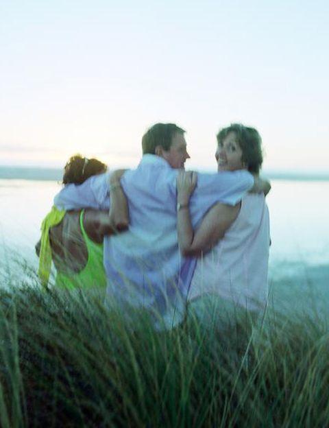 <p>Que cada vez son <strong>más las personas que se atreven a desmarcarse abiertamente de la monogamia</strong> es un hecho. Pero, ¿en qué consisten estas prácticas o formas de vivir el amor y el sexo? El <strong>poliamor consiste en tener varias relaciones emocionales simultáneas</strong> con dos o más personas con el conocimiento y consentimiento de todas ellas. Estas relaciones pueden ser esporádicas o estables y con compromiso. En cuanto a la <strong>pareja abierta, es aquélla en la que ambos consienten tener encuentros sexuales</strong> con otras personas o parejas, tanto juntos como por separado. <strong>Los swingers son aquellas parejas que practican el intercambio con otras parejas</strong> o personas, ya sean heteros o gays.</p><p></p>