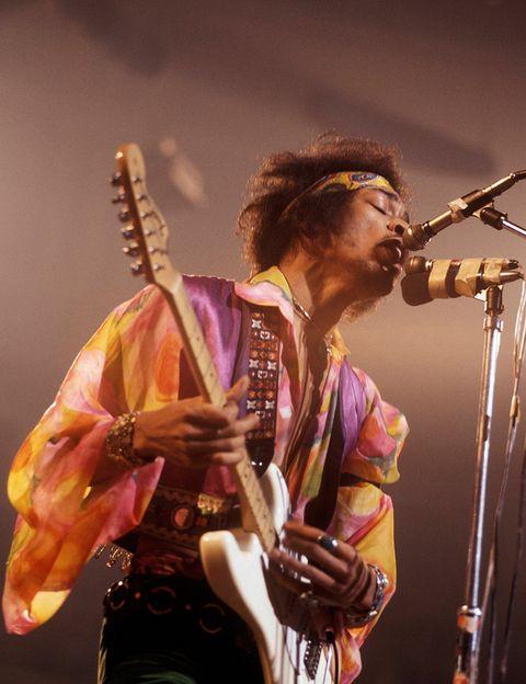 """<p><a href=""""https://www.youtube.com/watch?v=ihvSnQLFt3I%20"""" target=""""_blank"""">Bob Dylan</a> había incluido este tema en """"John Wesley Harding"""", el disco que publicó en 1967 en el que se acercaba más al folk y al country. Dio igual. La versión de Hendrix sobrepasó al original y el propio genio de Minnesota lo acabó reconociendo; tanto, que no se atrevió a tocarla en directo hasta 1974, siempre bajo el influjo del acercamiento que había hecho el carismático guitarrista. Hendrix llevó """"All along the watchtower"""" desde el folk hasta la psicodelia a base de unos punteos míticos e insustituibles.</p>"""