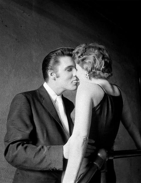 <p>Fans de Elvis Presley, ya tenéis plan -planazo- para este fin de semana. Acaba de inaugurarse en Mondo Galería (c/ San Lucas 9, Madrid) la exposición<strong> 'Elvis. El nacimiento del Rock 'n' Roll',</strong> una deliciosa muestra con 30 fotografías originales de Alfred Wertheimer, en las que podemos ver a Elvis fuera del escenario revisando su correspondencia, bailando en un cuarto de baño, o besando a sus fans en un pasillo. Si no te basta con mirar, también podrás comprar: las fotos están a la venta, así como libros y otros materiales sobre Elvis.</p>