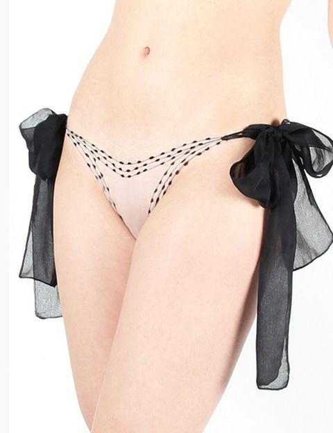 "<p><strong>¿Buscas algo realmente especial?</strong> Te encantará esta braguita de seda con detalles bordados de Stephanie Aman para Lily Blossom. Absolutamente delicadas y sexys, para una noche muy especial. <strong>Precio.</strong> 114 € en <a href=""http://www.lilyblossom.es"" target=""_blank"">lilyblossom.es</a>&nbsp;</p><p>&nbsp;</p>"
