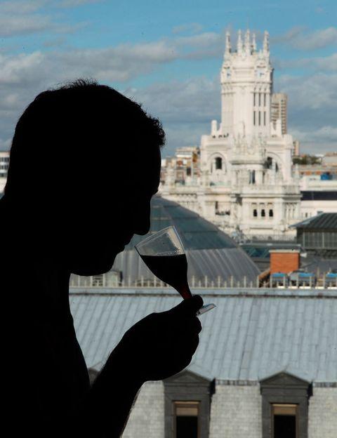 """<p>El <strong>Círculo de Bellas Artes</strong> de Madrid acoge el sábado 11 un festival pionero en combinar la música con un buen rioja o una copa de cava, el<strong> EnoFestival.</strong> Como cada año, cada vino tendrá su propia enoBarra donde los participantes podrán charlar, degustar y profundizar en las características diferenciales y en las peculiaridades de la amplísima variedad de productos que se presentan. Cada una de ellas será una parada única en el viaje por las diferentes variedades y elaboraciones del mapa vinícola español. En este viaje los responsables de cada barra ofrecerán lo mejor de sus productos y atraerán el interés de los asistentes a través de concursos, sorteos, juegos, elaboración de cócteles, etc. Bandas como The Free Fall Band, Morrigans, Tulsa o The Winemakers, que tendrán su propia barra de lo más canalla, protagonizan el cartel de esta cuarta edición. Compra tu entrada en <a href=""""https://www.ticketea.es/entradas-eno-festival-madrid-2015/"""" target=""""_blank"""">ticketea.com</a> desde 27 € y disfruta de esta oda a la cultura vinícola y musical durante todo el día de 12:00h a 1:00h.</p>"""