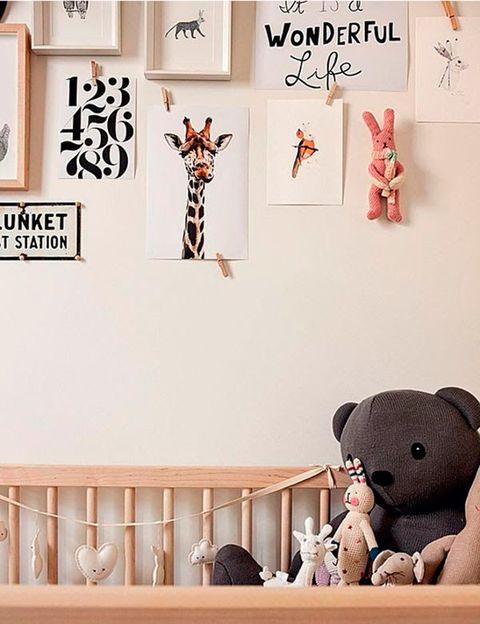 """<p>Otra manera fácil y sobre todo económica, es imprimir los dibujos de jirafas o lobos y colgarlos con un sencillo celo&nbsp;<i>(imagen vía&nbsp;<a href=""""http://www.thebooandtheboy.com"""" title=""""The boo and the boy"""" target=""""_blank"""">The boo and the boy</a>).</i></p>"""