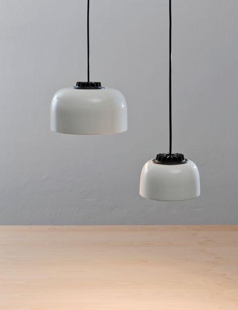 <p>El Delta de Oro es para el sistema de lámparas en suspensión Headhat, que multiplica la eficiencia de una cápsula luminosa de LED. Fácil de montar y muy adaptable, destaca por la calidez de la fuente de luz, diseñado por el equipo <strong>Santa&Cole.</strong></p>