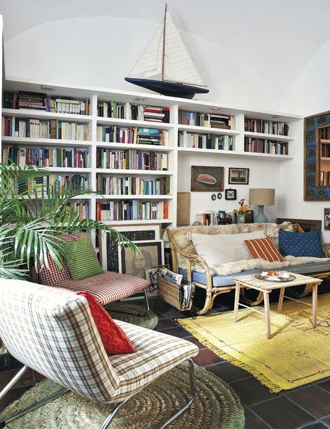 <p>El sofá de mimbre y la manta son de <strong>Vide-Greniers.</strong> Sobre la alfombra de seda y lana, comprada en Marrakech, mesa francesa años 70.</p>