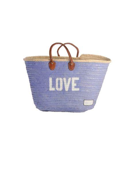 <p>La forma más trendy de llevar todo a la playa, en un capazo pintado de&nbsp;Twenty Violets, 60 €.</p>