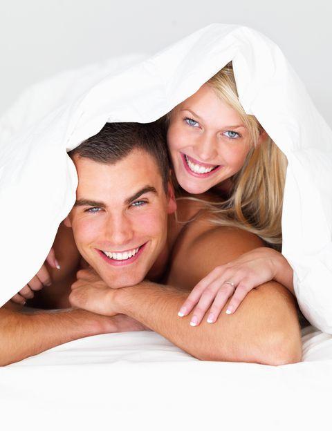 <p>Según los expertos, <strong>los niveles de testosterona de los hombres alcanzan su máxima concentración entre las 7 y las 8 de la mañana.</strong> Esta es la razón por la que suele despertarse con una gran erección y con ganas de sexo. Aunque no sea tu mejor momento sexual, cómo te contamos a continuación, <strong>¡aprovéchalo!</strong> </p><p></p>