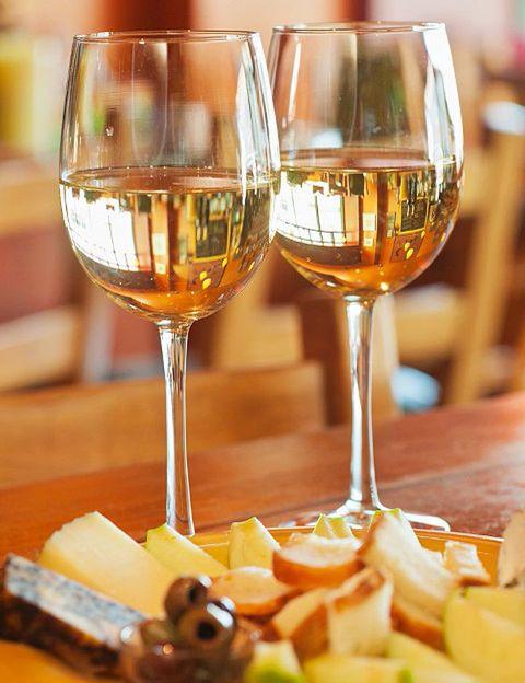 <p>La creencia generalizada es que el queso pide a gritos un buen tinto. Pero en la mayoría de los casos no es una decisión acertada. Para quesos muy curados, los vinos tintos ligeros (reservas) pueden ser un buen compañero, pero en general el blanco nos permitirá apreciar mucho más los sabores y aromas propios del queso. Al ser un vino menos contundente, no matará sus matices. Pruébalo y te darás cuenta al segundo. Otra pareja que funciona a la perfección es la formada por los vinos dulces como el oporto y los quesos azules. Se llevan de maravilla. La cerveza, especialmente las de abadía (alta fermentación) y el cava son también una opción perfecta.</p>