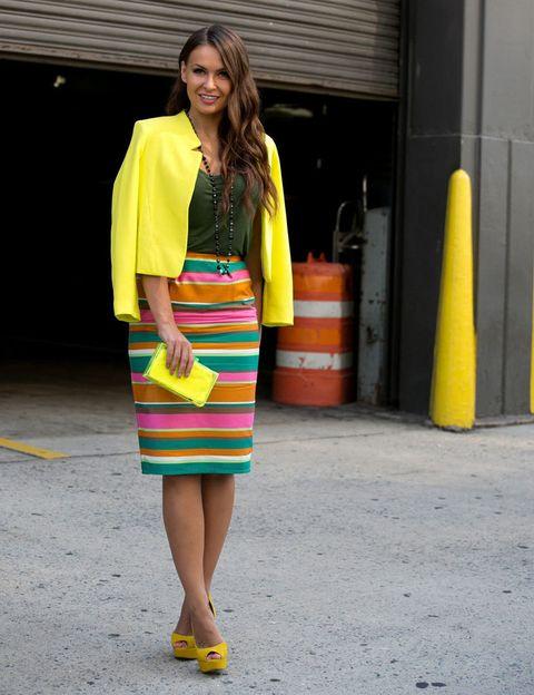 <p>Esta neoyorquina suaviza las rayas multicolor de su falda tubo con un top verde botella. El amarillo resalta en americana, zapatos y clutch. Un outfit perfecto para explotar nuestra ropa vitamina antes de que se acabe el verano.</p>