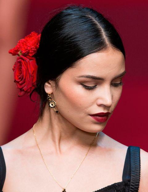 <p>Los aires españoles han invadido el desfile de <strong>Dolce &amp&#x3B; Gabbana</strong>. El look 'beauty' se compone de labios rojos en los que se mezclan dos tonos de labial, un delineado discreto y un moño bajo decorado con flores rojas. </p>