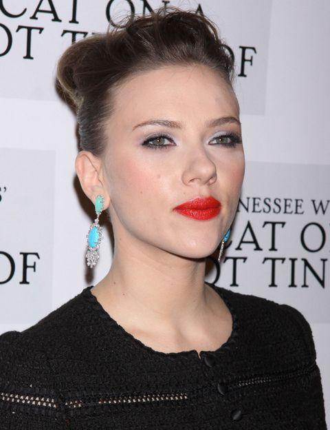 <p>¿Cómo combinar unos labios rojos para un resultado de impacto? <strong>Scarlett Johansson</strong> lo sabe bien: contrasta el color rojo con unos pendientes verde esmeralda o menta. </p>