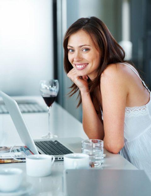 """<p>Si tienes una relación a cientos o miles de kilómetros de distancia, <strong>abrirte una cuenta en <a href=""""http://www.skype7-gratis.com/?pk_campaign=skype7-gratiscom-AdWordsSearch-g&amp;pk_kwd=-skype&amp;utm_content=skype&amp;utm_campaign=skype"""" target=""""_blank"""">Skype</a>&nbsp;será una de las cosas que más te ayuden a mantener viva la chispa</strong>. Un ordenador con cámara, un tablet o un smartphone (con SkypeIn podrás contactar con su computador desde cualquier parte del mundo) son lo único que necesitas. ¿Cómo empezar? Abre skype, busca su contacto o mételo si aún no lo tienes, dale a la opción 'videollamada', asegúrate de que la cámara te enfoca bien y ¡déjate llevar!</p><p>&nbsp;</p>"""