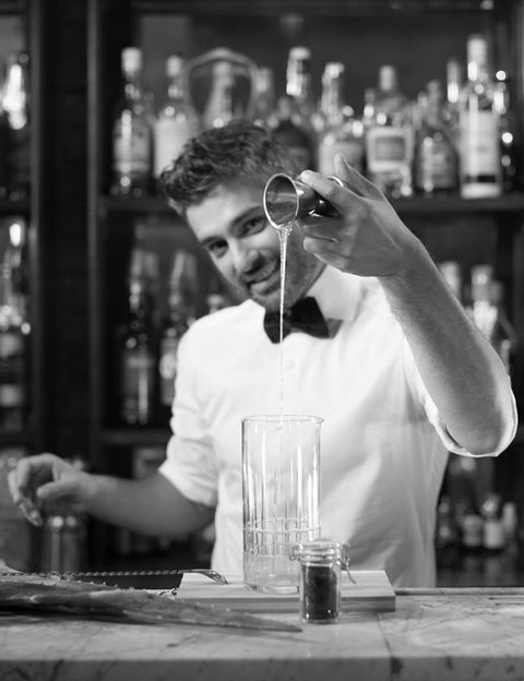 <p>Apunta este consejo y grábatelo a fuego: la ginebra y la tónica tienen que estar a la misma temperatura a la hora de servir el gin-tonic. Si ambas bebidas están en la nevera, perfecto, pero si las dos están a temperatura ambiente, también sirve. Lo que no debe pasar es que la tónica esté fría y la ginebra no, o viceversa. La razón es sencilla: cuando ambos líquidos entran en contacto, el gas de la tónica reaccionará mucho más y se perderá en mayor porcentaje si la ginebra no está a los mismos grados.</p>