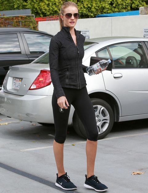 <p>De negro de pies a cabeza y presumiendo de figura. Así acude al gimnasio la modelo<strong>&nbsp;Rosie Huntington-Whiteley</strong>.</p>
