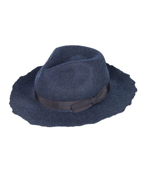 <p>En color azul intenso, sombrero de fieltro con borde irregular y detalle de cinta, de <strong>Zara</strong>.</p>