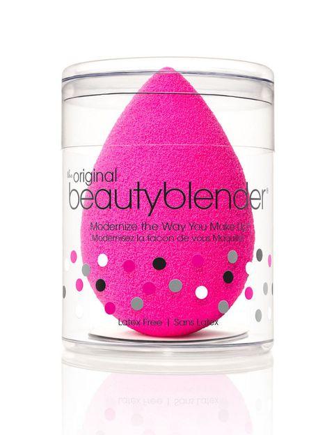 <p>No la juzgues por su tamaño, al mojarla casi se triplica. Su porosidad mezclada con la humedad hace que la base de maquillaje se difumine muy facilmente, <strong>su resultado es parecido al de un aerógrafo</strong>. Se adapta a las zonas más pequeñas debido a su acabado en punta.&nbsp&#x3B;</p><p>Es <strong>Beauty Blender</strong>, de venta en<strong> Sephora</strong> (15,95€).</p><p>&nbsp&#x3B;</p>