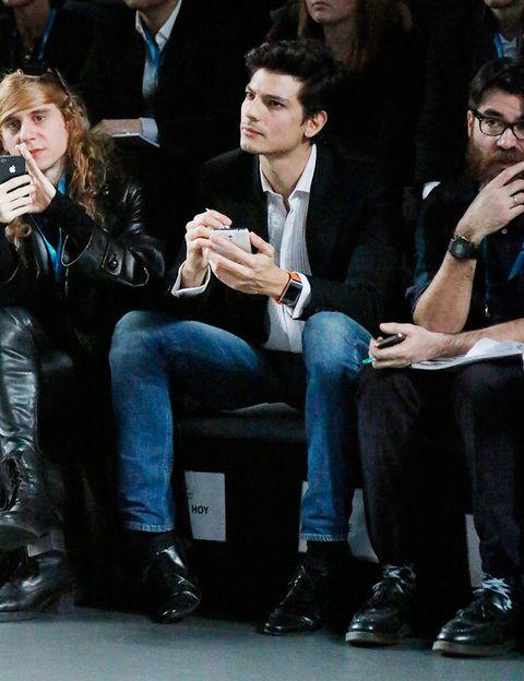 <p>Ha sido el ganador del premio Samsung EGO Innovation Project, Leandro Cano, quien ha abierto la jornada de desfiles. Javier, no pierde ni un detalle de la colección premiada.</p>