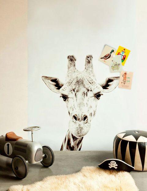 "<p>Tierna y simpática, esta jirafa en tamaño XL no necesita mucho más atrezzo&nbsp;<i>(imagen vía<a href=""http://www.madaboutthehouse.com"" title=""Mad About The House"" target=""_blank"">&nbsp;Mad About The House</a>).</i></p>"