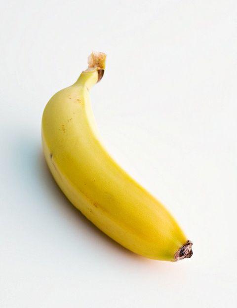 """<p>&nbsp;</p><p>""""Con unas 90 kilocalorías (calorías), <strong>el plátano es un saludable alimento que, como todas las frutas, debe incluirse en una alimentación variada</strong>"""", dice Marta Gámez. """"Su sabor dulce no debe confundirnos, ya que los azúcares que contienen se asimilan lentamente, lo cual proporciona un aporte de energía ideal y mantenido. Además, <strong>su alto contenido en magnesio lo convierte en un alimento muy recomendable para los deportistas</strong>. Los diabéticos pueden tomar plátano con normalidad, siempre en el contexto de una dieta variada y equilibrada"""".</p><p>&nbsp;</p><p>&nbsp;</p>"""