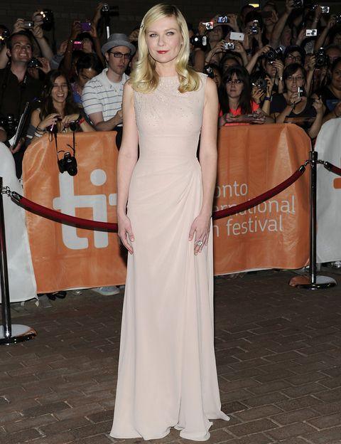 <p>Por el contrario, <strong>Kirsten Dunst</strong> eligió un look monocolor y&nbsp;más minimalista con este vestido largo en nude con detalles de cristales en el&nbsp;escote y un suave drapeado en la cadera, de <strong>Christian Dior</strong>.</p>