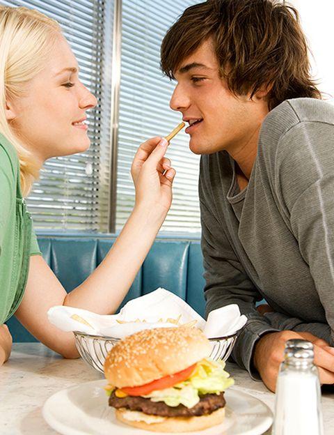 """<p>&nbsp&#x3B;</p><p><strong>Una dieta tanto escasa -que te deje sin energías</strong>- como demasiado abundante -que te haga sentirte pesada- es incompatible con una libido en forma. Si vuestros encuentros sexuales suelen ser por la noche, <strong>que la cena sea ligera para que no os provoque sueño</strong>. Si sois de los que practicáis sexo por la mañana, regalaos después un buen desayuno para reponer fuerzas. Según expertos de la Universidad de Massachusetts <strong>una dieta sin suficientes proteínas, vitaminas y minerales disminuye el deseo</strong> sexual debido a que reduce la producción de testosterona y otras hormonas. Pstt. Si te notas tan decaída y cansada que no te apetece ni hacer el amor, <strong>refuerza tu alimentación y aumenta tu nivel de energía</strong> con suplementos naturales como los <a href=""""/elle_admines/edicion/gallery/580563/%20http:/www.psaging.com/productos-y-soluciones/familias/alimentacion-biologica/superalimentos.html"""" target=""""_blank"""">superfoods</a>.</p>"""