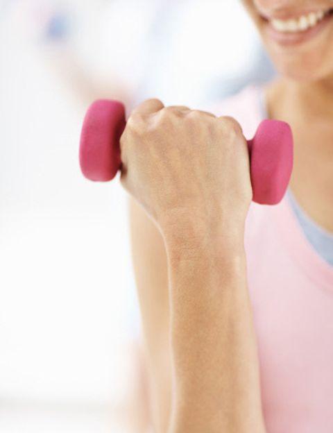 """<p><strong>Si quieres entrenar duro aunque tengas poco tiempo</strong>, te encantará el nuevo programa de los clubes <a href=""""http://www.dir.es"""" target=""""_blank"""">DiR</a>. CrossDiR pondrá a prueba tu resistencia física y mejorará tus 10 capacidades físicas principales: cardio-resistencia, fuerza-resistencia, fuerza, velocidad, potencia, flexibilidad, equilibrio, precisión, coordinación y agilidad. Los ejercicios se basan en movimientos funcionales cotidianos, como empujar, estirar, saltar o girar. <strong>Muy divertido. Cada semana te propondrán un reto</strong> y tendrás que ser rápida y competitiva para superarlo. <strong>La clave del éxito: menos tiempo de trabajo, más intensidad</strong>; y a más intensidad, mayores adaptaciones físicas. Como explica Jordi Notario, de DiR, """"la práctica regular de CrossDiR es ideal para mejorar el rendimiento, el tono muscular, la condición física y para perder peso"""". """"Además, mejora el sistema cardiovascular y retarda la aparición de fatiga"""". <strong>Las sesiones duran entre 25 y 55 min</strong>, pero dada la intensidad te recomiendan comenzar con una a la semana combinada con otras actividades dirigidas. Quemarás de 300 a 600 kcal. <a href=""""http://www.dir.es"""" target=""""_blank"""">dir.es</a>.</p>"""