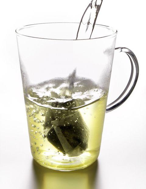 <p>Es el té con mayores propiedades beneficiosas para la salud y una de las bebidas más antiguas del mundo. Es <strong>uno de los más frescos y delicados que existen</strong>, por lo que no requiere agua demasiado caliente (no más de 80º) ni mucho tiempo de reposo (aunque cuanto más reposo, más propiedades). <strong>Una taza al día te aportará juventud</strong> y belleza y te ayudará a mantener la línea, ya que el té verde potencia la metabolización de las grasas. De todos, <strong>el té verde es el más antioxidante</strong>, previene el envejecimiento celular y ayuda incluso a prevenir el cáncer. <strong>Psst.</strong> Es el mejor té para tomar solo, sin leche ni azúcar. A media tarde, acompañado de una onza de chocolate negro, es un delicioso tentempié y el mejor tratamiento de belleza.</p><p></p>
