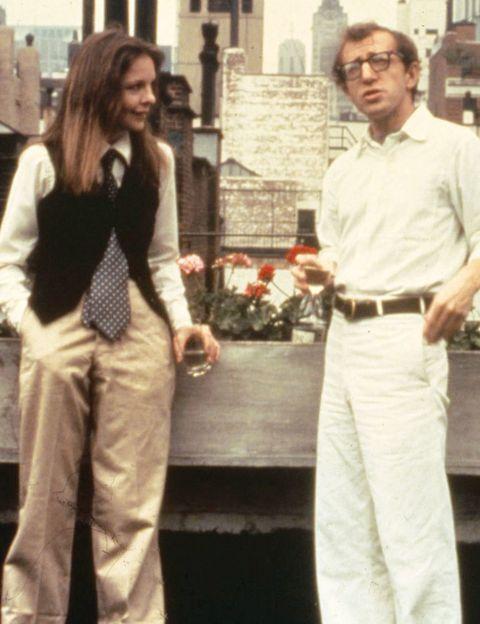 <p>Quién no recuerda alguna de las ingeniosas conversaciones de <i>Annie Hall.</i> Pongamos por caso la siguiente. Diane Keaton: «¿Estás yendo al psiquiatra?». Woody Allen: «Sí, desde hace quince años». Ella: «¿Quince años?». Woody: «Sí, le doy de plazo un año más y, si no, iré a Lourdes». ¿Puede una historia de amor cimentarse en conversaciones como esta? Por supuesto que sí, viene a confirmar una de las obras cumbre del actor y director neoyorquino. Una moderna visión de las relaciones amorosas hombre-mujer, que podría resumirse en la escena en la acuden cada uno de ellos a su psiquiatra. Ante la pregunta de cuántas veces practican sexo, Annie responde: «Constantemente, tres veces a la semana», mientras que él dice, con su particular sentido del humor: «Casi nunca, tres veces a la semana».</p>