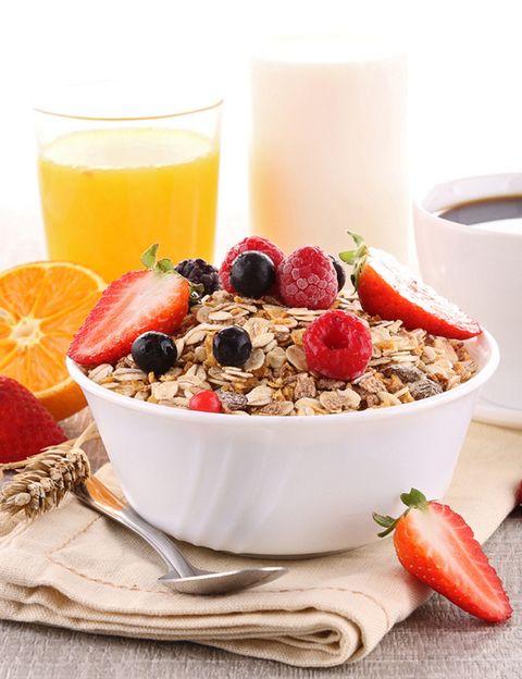 """<p><strong>""""No desayunar reduce el rendimiento, la concentración y nos mueve a comer alimentos poco saludables durante el resto del día</strong>"""", dicen los expertos de Grupo NC Salud, especializado en asesoramiento nutricional a farmacias. Pero hay más: """"el tiempo que empleamos en desayunar, el tipo de alimentos que escogemos, y si lo hacemos solos o en compañía, definen nuestro carácter y nuestro modo de afrontar el día"""". Como dicen los nutricionistas de <a href=""""http://www.gruponcsalud.com/index.php/es/"""" target=""""_blank"""">Grupo NC &nbsp;Salud</a>, <strong>existen cuatro grandes razones para no saltarse el desayuno.</strong></p><p>&nbsp;</p>"""
