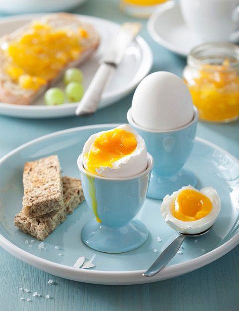 <p>Barato y rico, es un alimento imprescindible en cualquier dieta que nunca puede faltar en casa. <strong>Bajo en calorías pero con un gran valor nutricional</strong>, un huevo entero de 50 gramos de peso aporta aproximadamente unas 80 calorías. <strong>Proteínas.</strong> La proteína del huevo es la referencia para comparar nutricionalmente las proteínas de otros alimentos debido a que es la de mayor valor biológico por sus aminoácidos esenciales para el organismo. El aporte proteico es de unos 6 g por huevo, de 12 a 14 por 100 g. <strong>Grasas. Las grasas que predominan en el huevo son ácidos mono y poliinsaturados</strong> (principalmente ácido linolénico-Omega 3), muy beneficiosos para el organismo y de fácil digestión. También contienen lecitina, los fosfolípidos y colesterol. En 100 g de huevo el aporte de grasa es de 10-12 gramos y 550 mg de colesterol. <strong>Minerales. El huevo, un gran alimento antioxidante</strong>, es una excelente fuente de hierro, concentrado especialmente en la yema y según la alimentación de las gallinas), fósforo, potasio y magnesio. Vitaminas. El huevo es una gran fuente de vitamina B12 (principalmente en la yema), B1 (tiamina), B2 (riboflavina), B3 (niacina), ácido fólico, vitaminas A, D y E. También aportan <strong>colina, fundamental en los procesos metabólicos, crecimiento y desarrollo</strong>, por lo que es muy conveniente para embarazadas y niños. Los carotenoides que contiene ayudan a prevenir trastornos oculares como las cataratas y la ceguera.</p><p></p>