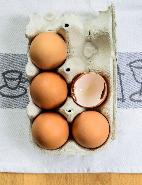 """<p>Como dicen los expertos de <a href=""""http://www.yocomobien.es"""" target=""""_blank"""">Yocomobien.es</a>, """"para saber de dónde provienen los alimentos hay que prestar atención a su trazabilidad, y esto consiste en observar todas las etapas de producción, transformación y distribución de cada uno"""". En el caso de los huevos, <strong>existe una normativa de la Unión Europea que hace imprescindible la impresión de un código en la cáscara</strong> para dar información de todo el proceso, desde la granja hasta su comercialización. Como nos explican desde esta web, """"los códigos que aparecen en la cáscara de los huevos tienen tres bloques de información, pero para descubrir si los huevos que tenemos en casa son camperos o no, debemos tener en cuenta únicamente el primer número"""". <strong>Este va del 0 al 3 y proporciona la información relativa al tipo de cría de las gallinas</strong>, es decir, si se trata de un huevo campero, ecológico, o industrial. 0: Huevo puesto por una gallina criada en una granja ecológica en libertad y que consume pienso procedente de la agricultura ecológica. <strong>1: Huevo puesto por una gallina en libertad o campera</strong>. 2: Huevo puesto por una gallina criada en gallineros de suelo donde las gallinas no están al aire libre. La producción es semi-industrial. 3: Huevo puesto por una gallina criada en una jaula diseñada para que la recogida de huevos sea fácil. La producción es industrial. <strong>Psst. El resto de números indica el estado miembro de la Unión Europea</strong>, la provincia, municipio y granja de producción del huevo.</p><p></p>"""