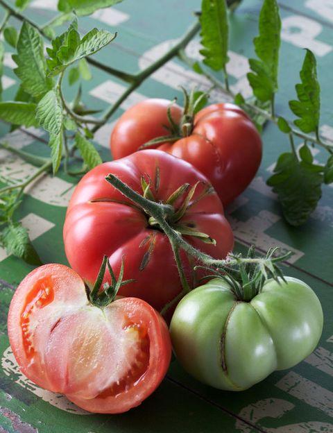 """<p>La recomendación de Virginia Ruipérez es elegir alimentos naturales, <strong>tal como los ofrece la Naturaleza, frescos, de la estación y de la región</strong>. """"Intenta no consumir alimentos manipulados por la industria, desnaturalizados, procesados, conservados, refinados o precocinados, ya que este tipo de productos pierden sus nutrientes vitales y contienen <strong>sustancias químicas nocivas, como conservantes, saborizantes y colorantes</strong>"""", dice. """"Lo ideal es escoger alimentos procedentes de la agricultura ecológica para evitar agroquímicos, tóxicos, como pesticidas y herbicidas"""", añade.&nbsp;</p><p>&nbsp;</p>"""