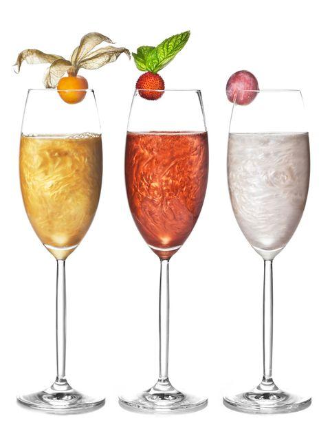 <p>-10 ml de Druide Mystical Vodka</p><p>-10 ml de Benedictine</p><p>-10 ml de Apricot brandy</p><p>-70 ml de Cava Vilarnau Brut Nature</p><p>-Oro, plata y cobre</p><p>Se prepara en un vaso mezclador y se sirve en copa de flauta. Se decora con frutos: fisali para el oro, uva negra para la versión plata y madroño para el cobre.</p>
