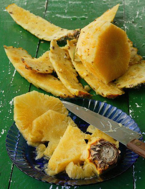 """<p>Se trata de una fruta deliciosa y muy recomendable por su gran contenido en agua y fibra, lo que le confiere un <strong>efecto diurético y saciante</strong>. Su alto contenido en enzima bromelina sí facilita la digestión, al igual que la papaya por la papaína, pero <strong>ninguna de estas frutas o alimentos tiene un efecto """"quemacalorías""""</strong>. <strong>Evita.</strong> Las dietas monotemáticas a base de piña u otras frutas; perderás peso de forma momentánea a base de líquidos y con un grave perjuicio para tu salud. Sí. Tomar piña entre horas para hidratarte y picar algo sano, como ingrediente de tus zumos naturales o como postre.</p><p></p>"""