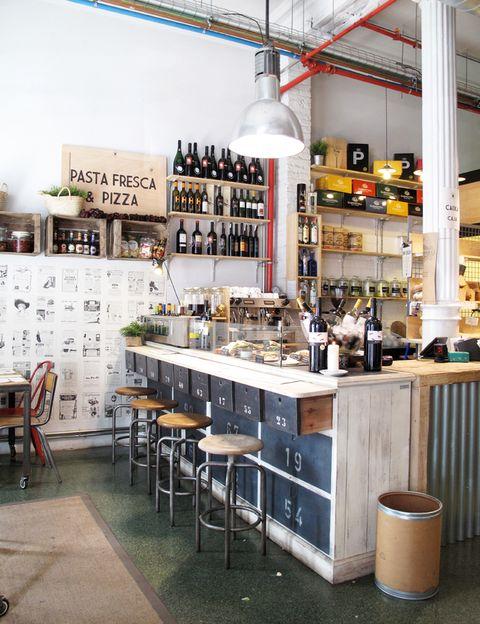 """<p>Un súper con ingredientes de proximidad, como los quesos de Puigcerver; un deli con legumbres y conservas; una cava con vinos del Penedés; un herbolario e incluso una droguería chic. ¿A qué esperas para entrar? (Ronda Universitat, 20, tel. 933 02 52 06, <a href=""""http://wokimarket.com"""" target=""""_blank"""">wokimarket.com</a>).</p>"""
