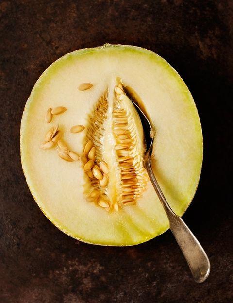 """<p>Son unas de las frutas con mayor poder refrescante. <strong>La sandía contiene más de un 90% de agua</strong> en su composición. """"Controlando nuestro peso y vigilando las calorías de la dieta, podemos permitirnos comer casi el doble de sandía que de otras frutas dado su <strong>bajo contenido en azúcares"""",</strong>dice Álex Pérez, nutricionista de los centros deportivos<a href=""""http://www.go-fit.es"""" target=""""_blank"""">GO fit</a><strong>.</strong> Solo contiene 30 Kcal por cada 100 gramos. Además, está compuesta por licopeno, que es un potente antioxidante y ejerce numerosos beneficios a nuestro organismo. <strong>Respecto al melón, más de un 80% de su peso es agua</strong>. Contiene sales minerales como el magnesio, calcio, vitamina C y betacarotenos. <strong>Psst.</strong> Además de comértelas, utiliza estas frutas para hacer zumos, batidos, sopas o macedonias.</p><p></p><p></p>"""