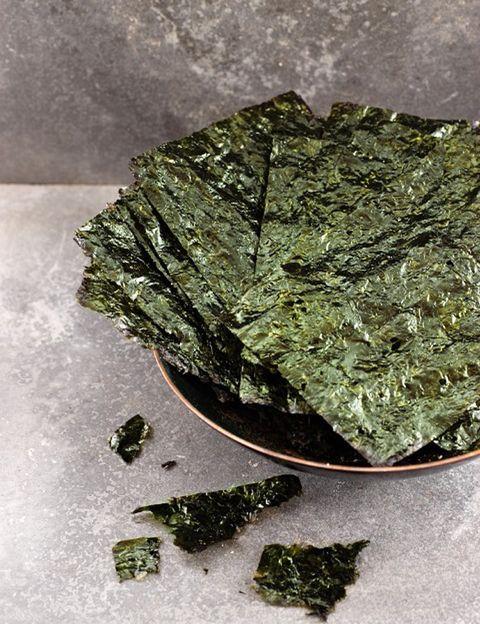 """<p>Las algas <strong>se compran secas y guardadas en recipiente herméticos pueden durar mucho tiempo</strong>. Una vez hidratadas multiplican su tamaño, por lo que al final resultan económicas. La recomendación de la experta es consumirlas en pequeñas cantidades de forma regular: de una a dos cucharadas por persona y por comida. <strong>""""No es necesario inventar platos exóticos para comerlas</strong>, basta con añadir una pequeña cantidad a nuestra comida tradicional"""", dice Luisa Cuesta. <strong>Psst.</strong> El agua utilizada para hidratar las algas puede utilizarse siempre y cuando no estés siguiendo una dieta baja en sodio, cuando te sientas tensa o tengas sed o ganas de dulce, ya que tiene un <strong>alto contenido en sales y minerales.</strong></p><p>&nbsp&#x3B;</p>"""