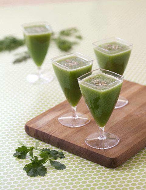 """<p>Que tu máxima sea siempre, sobre todo en tu """"día zen"""", la hidratación externa e interna. Así que <strong>nada mejor que comenzar el día bebiendo agua tibia (añade medio limón</strong> exprimido si no tienes problemas gástricos). Después, continúa la hidratación con un zumo inteligente a base de frutas y verduras frescas. <strong>Smoothie energizante.</strong> Para empezar bien el día, prepárate el zumo verde que nos recomienda Silvia Riolobos, especialista en nutrición energética, también conocida como <a href=""""https://www.facebook.com/DowntownChef"""" target=""""_blank""""><strong>Downtown Chef:</strong></a> 2 pepinos, 1 manzana verde, ½ limón, 6 ramas de apio y 1 dedo de jengibre fresco. Completa tu desayuno con un bol de cereales biológicos con leche de avena o una tostada de pan integral con queso bajo en grasa y ¡lista para empezar el día! <strong>Psst. Continúa tomando zumos naturales e infusiones</strong> durante todo tu día zen para hidratarte, vitaminarte y depurarte.</p><p>&nbsp;</p>"""