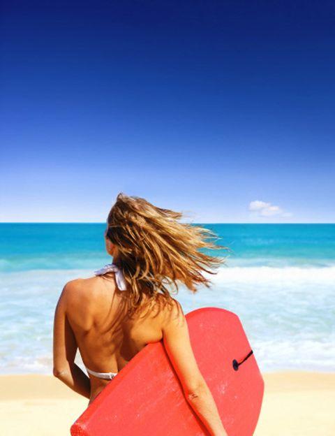 <p><strong>Gisele Bundchen, Alessandra Ambrossio, Kate Moss, Olivia Wild, Eva Longoria</strong>… el paddle surf se ha en el deporte de las celebs en verano. Y no solamente por lo divertido y fácil que es, sino porque practicándolo se endurece todo el cuerpo, especialmente piernas y abdominales, y se queman muchas calorías. <strong>Qué necesitas. Un club náutico donde alquilar la tabla</strong> y el remo e incluso hacer una pequeña sesión de iniciación para aprender a mantenerte sobre la tabla y remar. Con una sesión diaria de SUP notarás los efectos en tu cuerpo al final de las vacaciones. <strong>Otra opción muy fácil es hacerte con una mini tabla de surf</strong> y meterte todo lo que puedas en el agua para coger olas.&nbsp&#x3B;</p><p>&nbsp&#x3B;</p>
