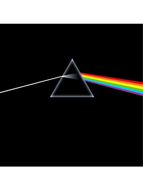 <p>Una de las portadas gráficamente más bonitas, es obra de Storm Thorgerson, autor de prácticamente todas las creatividades de discos de los Pink Floyd. El único requisito que recibió es que fuera una portada sencilla, atrevida y llamativa en la que no se usaran fotografías. Presentó a la banda cuatro bocetos (entre ellos, el de un hombre disfrazado de Silver Surfer), pero eligieron unánimemente el prisma atravesado por la luz. El prisma simboliza el espectáculo de luz de los Pink Floyd y su forma triangular, algunas de las letras de Roger Waters en los que habla de ambición y codicia. Â¿Una curiosidad? Entre los colores de la refracción de la luz, falta el azul oscuro o índigo. </p>«/><figcaption> <br>Dark side of the moon, 1973<br>Una de las portadas gráficamente más bonitas, es obra de Storm Thorgerson, autor de prácticamente todas las creatividades de discos de los Pink Floyd. El único requisito que recibió es que fuera una portada sencilla, atrevida y llamativa en la que no se usaran fotografías. Presentó a la banda cuatro bocetos (entre ellos, el de un hombre disfrazado de Silver Surfer), pero eligieron unánimemente el prisma atravesado por la luz. El prisma simboliza el espectáculo de luz de los Pink Floyd y su forma triangular, algunas de las letras de Roger Waters en los que habla de ambición y codicia. ¿Una curiosidad? Entre los colores de la refracción de la luz, falta el azul oscuro o índigo. </figcaption></figure>     <!-- AUTHOR PART ========================= --> <div class=